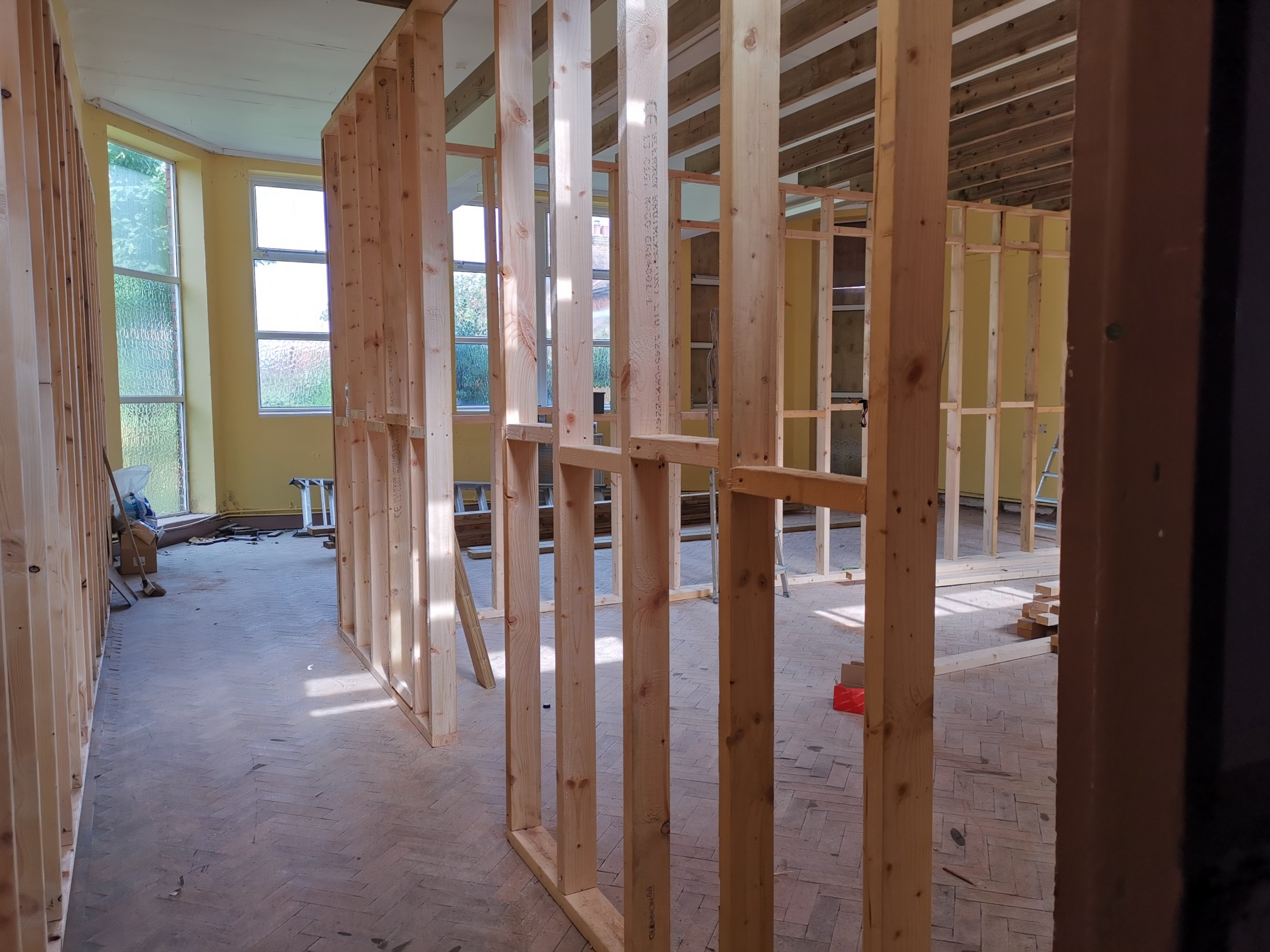 Putting up the partition wall between the Abu Hassan and Ulverlie classrooms.